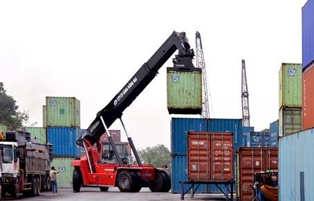 Tàu giao hàng tại Cảng Thị Vải (huyện Long Thành).