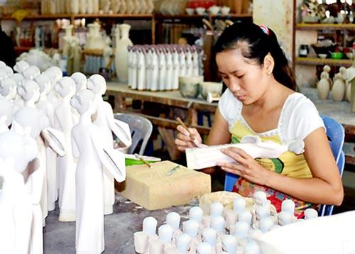 Sản xuất sản phẩm gốm tại Công ty cổ phần mỹ thuật Gốm Việt (TP.Biên Hòa).