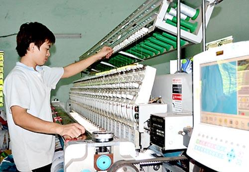 Sản xuất nệm tại Công ty TNHH một thành viên Thế Linh (TP.Biên Hòa).
