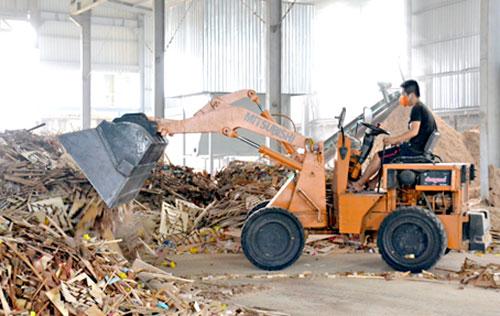 Trong xu hướng phát triển, nhiều cơ sở sản xuất sẽ lên doanh nghiệp để đáp ứng nhu cầu làm ăn. Trong ảnh: Một cơ sở sản xuất mùn cưa từ phế phẩm gỗ ở huyện Trảng Bom.