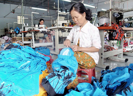 Luật Việt Á - Cơ sở may mặc T&D (huyện Xuân Lộc) vẫn tăng trưởng tốt trong giai đoạn khó khăn. Ảnh: B. Nguyên