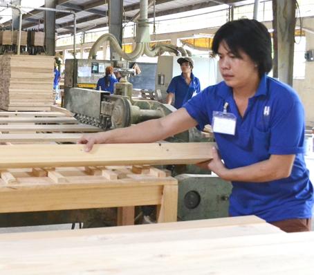 Sản xuất đồ gỗ ở Công ty TNHH Hố Nai. Ảnh: V. NAM