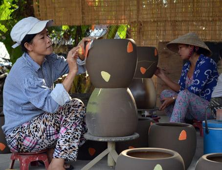 Sản xuất đồ gốm tại Doanh nghiệp tư nhân Phát Thành. Ảnh: V. Nam