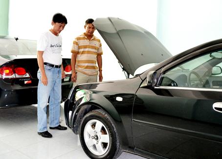 Khách xem xe cũ tại Cửa hàng xe Vi Phong (TP.Biên Hòa).