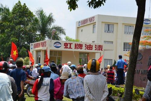 Đám biểu tình quá khích đã tràn vào một công ty Trung Quốc
