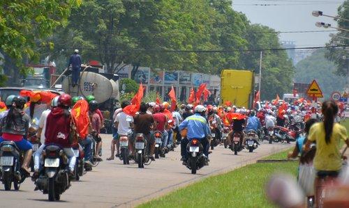Đoàn người biểu tình kéo dài cả cây số trên trục đường chính ở Amata đi lòng vòng tìm các DN Trung Quốc đập phá