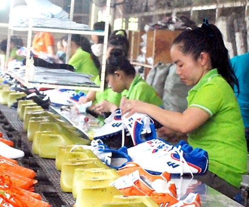 Sản xuất giày xuất khẩu ở Công ty cổ phần Nam Bình Minh.