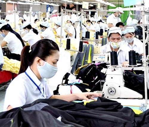 Ngành may mặc có lợi thế lớn nếu Việt Nam trở thành thành viên của TTP. Trong ảnh: Công nhân may tại Công ty cổ phần Đồng Tiến.