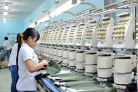 Công nhân sản xuất hàng phụ trợ cho ngành ngành dệt may ở Công ty cổ phần Đồng Thắng (Khu công nghiệp Biên Hòa 1). Ảnh: V.Nam