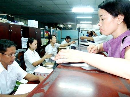 Người dân đến nộp thuế tại Chi cục Thuế Biên Hòa