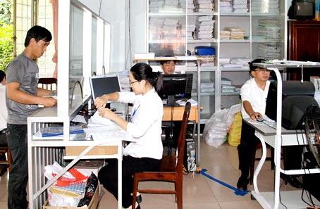 Người dân đến nộp thuế tại Chi cục Thuế huyện Tân Phú.