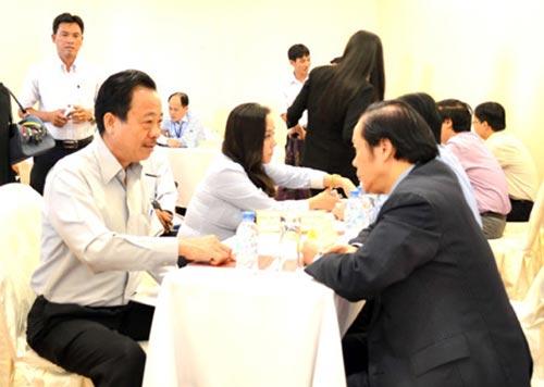 Ông Trần Văn Thành (trái), chủ DNTN Kiến Phúc trao đổi với Đại sứ Việt Nam tại Hàn Quốc để có thêm thông tin thị trường. Ảnh: K.Giới