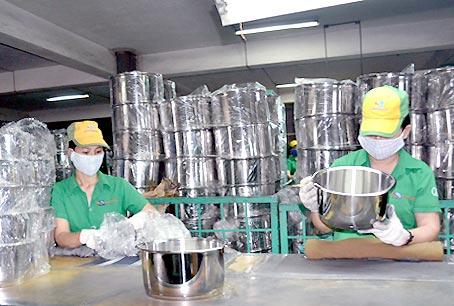Các doanh nghiệp có vốn đầu tư nước ngoài nhanh nhạy hơn trong việc đổi mới công nghệ, đa dạng hóa sản phẩm. Trong ảnh: Sản xuất nồi tại Công ty Happy Cook (Khu công nghiệp Biên Hòa 2).