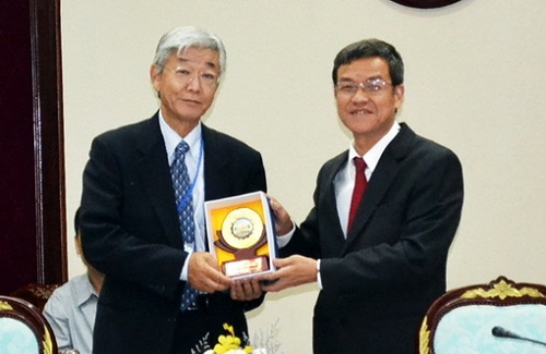 Chủ tịch UBND tỉnh DN Đinh Quốc Thái tặng quà lưu niệm cho DN Nhật