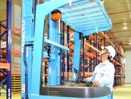 Nhiều doanh nghiệp ngoại còn e dè với tính bảo mật của hệ thống thu thuế điện tử của ngành thuế. Trong ảnh: Công nhân đang dỡ hàng tại Công ty TNHH Sankyu (100% vốn Nhật Bản) ở Khu công nghiệp Nhơn Trạch 3.