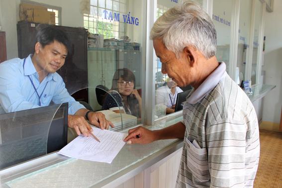 Công chức bộ phận một cửa hiện đại UBND xã Lang Minh, huyện Xuân Lộc tiếp dân