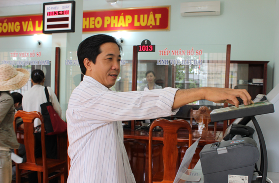 Người dân lấy số tự động tại bộ phận một cửa hiện đại UBND huyện Tân Phú.
