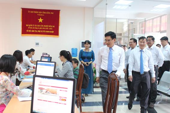 Phó chủ tịch UBND tỉnh Trần Văn Vĩnh tham quan một cửa hiện đại tại Ban Quản lý các khu công nghiệp Đồng Nai.