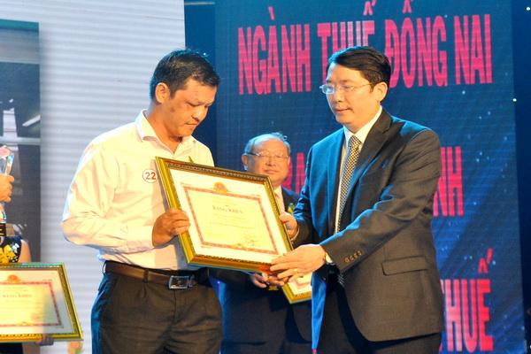 Ông Cao Anh Tuấn, Phó tổng cục trưởng Tổng cục Thuế tặng Bằng khen của Bộ Tài chính cho các doanh nghiệp