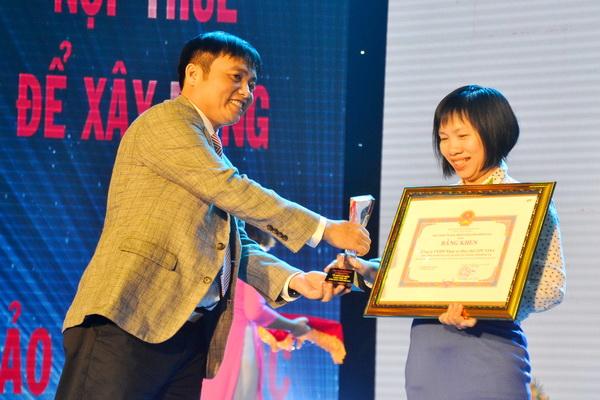 Ông Nguyễn Văn Công, Cục trưởng Cục Thuế Đồng Nai tặng biểu trưng cho doanh nghiệp