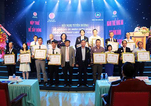 Các doanh nghiệp và cá nhân nhận bằng khen của UBND tỉnh