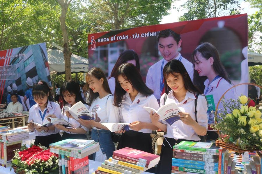 Các bạn sinh viên tham dự Ngày hội sách