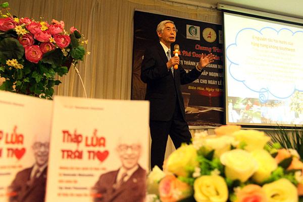 Ông Yamamoto Nobutane, nguyên thành viên HĐQT Tập đoàn Panasonic chia sẻ tại buổi giao lưu. (Ảnh: H.Quân)