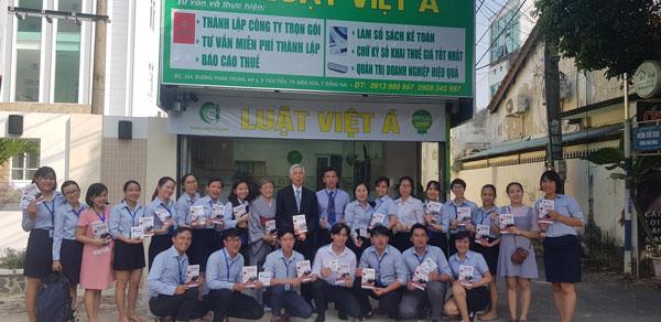 Thầy Yamamoto chụp hình cùng nhân viên công ty Luật Việt Á