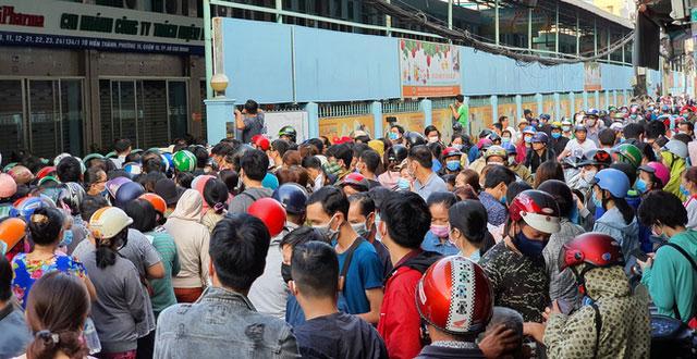 Hàng trăm người xếp hàng mua khẩu trang tại Sài Gòn. Nhu cầu mua khẩu trang là rất lớn.