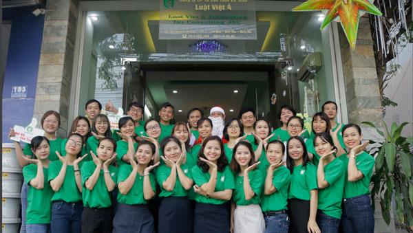 Hình ảnh cán bộ công nhân viên công ty Luật Việt Á – nhân kỉ niệm 11 năm thành lập vào Mùa Giáng Sinh năm 2020